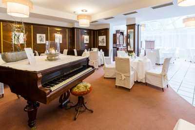 Klavier im Speisesaal Hotel Dreikönigshof