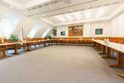 Tische im Seminarraum