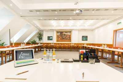 Seminarraum mit Laptop und Getränken