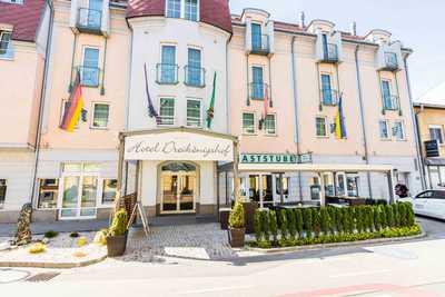 Familie Hopfeld Hotel Dreikönigshof Stadt und Seminarhotel in Stockerau Aussenansicht